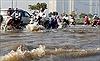 Vĩnh Long: Triều cường dâng cao, đường ngập, nước tràn vào nhà dân