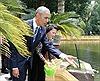 Tổng thống Obama thăm ao cá, nhà sàn Bác Hồ