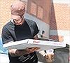 Cựu danh thủ David Beckham giản dị đi mua pizza