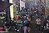 Thanh niên Hà Nội chen chân ăn uống vỉa hè sau Tết