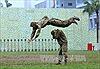 Đặc công Việt Nam nhào lộn, dùng cổ ấn cong mũi giáo