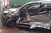 3 người la hét hoảng loạn trong xe ô tô bị container mất lái đâm nát
