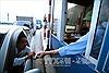 Tài xế tiếp tục trả tiền lẻ và giở 'chiêu độc' tại Trạm thu phí Quốc lộ 5 - Hưng Yên