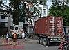 Xe container đâm vào nhà dân sau khi 'cày nát' dải phân cách