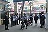 Ấm áp hình ảnh thầy Hiệu trưởng ngày ngày đứng trước cổng trường chào đón học sinh
