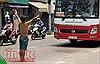 Người đàn ông nghi 'ngáo đá' chặn xe quỳ lạy giữa đường, giao thông hỗn loạn