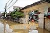Khẩn trương khắc phục hậu quả mưa lũ, ngập úng ở thôn Bùi Xá, thị trấn Xuân Mai