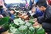 Gói bánh chưng tặng người nghèo ăn Tết