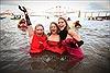 Người dân châu Âu ngâm mình trong dòng nước lạnh băng chào năm mới