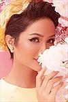 Hoa hậu H'Hen Niê đẹp rạng rỡ trong bộ ảnh 'Chúc xuân Kỷ Hợi 2019'