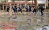 'Rốn lũ' Chương Mỹ: Hàng trăm cảnh sát lội bùn giúp dân dọn dẹp môi trường