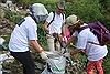 Cùng nhặt rác tại chân cầu Long Biên để nâng cao nhận thức về môi trường