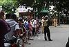 Trên 100 cảnh sát cơ động vây bắt đối tượng mang 'hàng nóng' cố thủ trong nhà