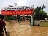 Hà Tĩnh: Học sinh đội mưa đến trường, phụ huynh lo 'chạy lũ' trong ngày khai giảng