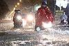 Mưa lớn, người dân TP Hồ Chí Minh mò mẫm trong nước ngập về nhà