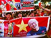 Cổ động viên ngồi kín phố đi bộ Nguyễn Huệ, cổ vũ không mệt mỏi cho tuyển Việt Nam