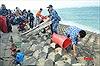 Cảnh sát biển cùng tuổi trẻ huyện đảo Phú Quý 'Chung tay làm sạch biển'