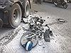 Va chạm với xe container, xe máy bị kéo lê trên đường cháy trơ khung