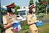 Những 'bóng hồng' CSGT xuống đường phát khẩu trang miễn phí