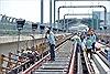 Công nhân căng băng rôn khiếu nại trên tuyến metro Bến Thành - Suối Tiên