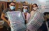 Nữ tiểu thương làm hàng ngàn chiếc mũ ngăn giọt bắn tặng y bác sỹ chống dịch COVID-19