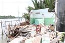 Bốn căn nhà bị cuốn phăng xuống sông do sạt lở
