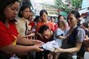 Những phần quà ấm lòng người nhà bệnh nhi trong vụ cháy ở Đê La Thành