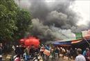 Kho chứa hàng gần chợ bốc cháy dữ dội, hàng trăm cảnh sát khống chế đám cháy