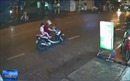Người phụ nữ dừng xe giữa đường mặc áo mưa gây tai nạn giao thông