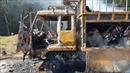 Xe tải chở bìa cát tông cháy rụi khi đang lưu thông trên đường