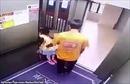 Phẫn nộ cảnh nhân viên giao hàng bế bé gái ra khỏi thang máy để lạm dụng