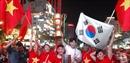 Cờ đỏ sao vàng, cờ Hàn Quốc và Cúp vàng đã giương cao sau trận hoà 2-2 với Malaysia