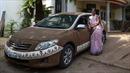 Người dân Ấn Độ dùng phân bò đắp lên ô tô để hạ nhiệt ngày nắng nóng