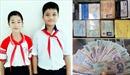 Hai học sinh tiểu học nhặt được của rơi trả người bị mất