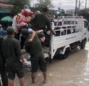 Công an Bến Cát dùng xe chuyên dụng 'tăng bo' người dân vùng bị ngập