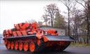 Sân bay Nga dùng xe tăng di chuyển máy bay