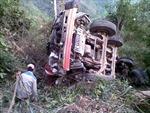 Xe tải lao xuống vực sâu, 2 người bị thương nặng