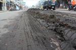 Bùn đổ giữa đường, nhiều người trượt ngã