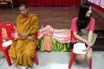 Nhà sư và người chuyển giới Thái Lan đi đầu quân