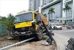 Xe tải tông xe máy, hai người nhập viện