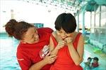 """Những """"kình ngư"""" Australia dạy trẻ em Việt Nam tập bơi"""