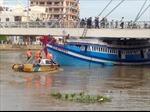 Cứu hộ tàu cá mắc kẹt dưới gầm cầu