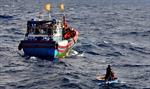 Ngư dân Việt Nam cứu năm ngư dân Malaysia mắc nạn trên biển