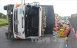 Xe tải lật, hàng chục tấn rau củ tràn ra đường quốc lộ 1