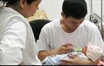Điều kiện chồng được hưởng trợ cấp khi vợ sinh con