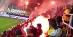 Cổ động viên Ba Lan hỗn chiến bằng pháo sáng