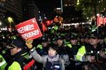 Hàng nghìn cảnh sát trấn áp biểu tình đòi bà Park Geun Hye từ chức