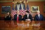 Ông Trump bất ngờ thay người đứng đầu nhóm chuyển giao quyền lực