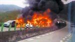 Xe bồn cán nát 17 ô tô đang dừng, cháy lửa ngút trời