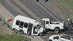 Xe tải chở 14 người đâm xe kéo tại Texas, 12 người chết thảm